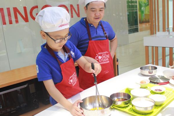 Ông bố duy nhất trong lớp học, anh Long (quận Hoàng Mai) cùng con trai Trung Nguyên (8 tuổi). Cậu bé