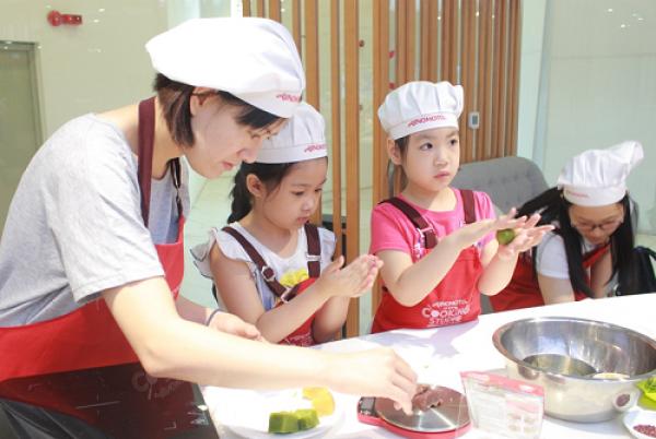 Chị Thuý (33 tuổi- Trương Định) cùng con gái là bé Ngân kể, tháng trước mẹ con chị học làm bánh trun