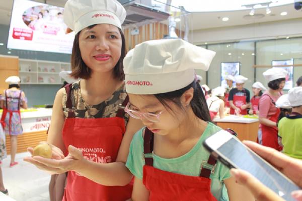 Chị Kim Oanh (quận Đống Đa) đi cùng con gái 11 tuổi rất thích học làm bánh, đi cùng mẹ tới lớp rất t