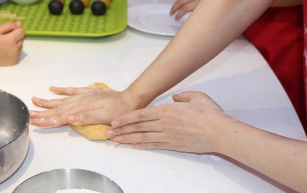 Khi nhà bột cần nhiều lực ở cổ tay,nên bố mẹ sẽ hỗ trợ các bé thực hiện giai đoạn này. Theo đầu bếp