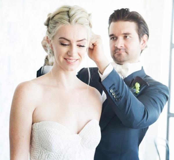 Matt tranh thủ mỗi sáng làm tóc cho vợ. Ảnh: Metro.