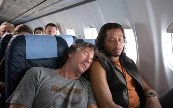 Bạn nên hạn chế làm phiền người xung quanh khi ngủ trên máy bay. Ảnh:Telegraph.