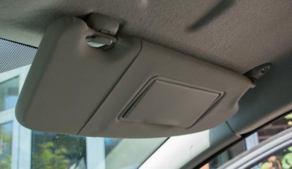 Tấm chắn nắng ôtô có giá khác nhau, tùy vào dòng xe. Ảnh: Yourmechanic.