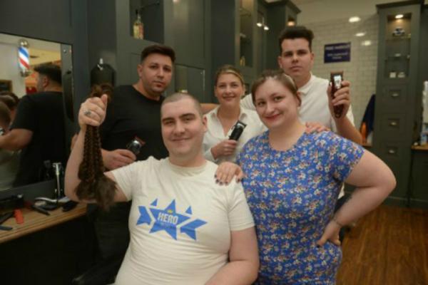 Chồng nuôi tóc dài 2 năm để ủng hộ vợ chữa ung thư <!-- check switch to english site -->